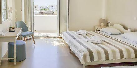 Dubbelrum med balkong på hotell Alkyon på Santorini i Grekland.