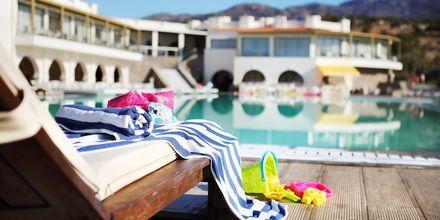 Poolområde på hotell Almyra Hotel & Village i Ierapetra på Kreta, Grekland.