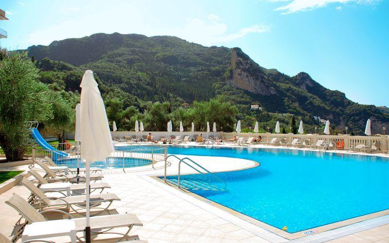 Poolen på hotell Aloha på Korfu, Grekland.