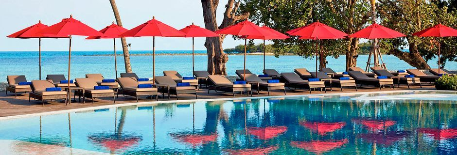 Poolen vid Beach Wing på hotell Amari Koh Samui.
