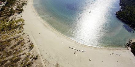 Stranden vid hotell Ammos Bay i Ammoudia, Grekland.