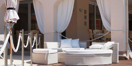 Loungedel vid poolen på hotell Ammos Bay i Ammoudia, Grekland.