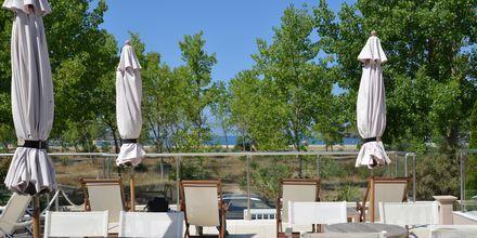 Terrassen på hotell Ammos Bay i Ammoudia, Grekland.