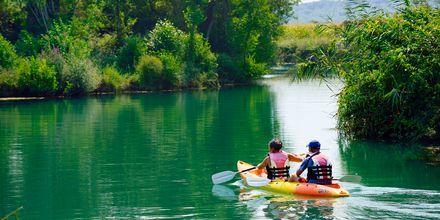 Paddla kanot på vackra Acheronfloden i Ammoudia, Grekland.