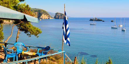 Njut av utsikten på Café Odysseas.