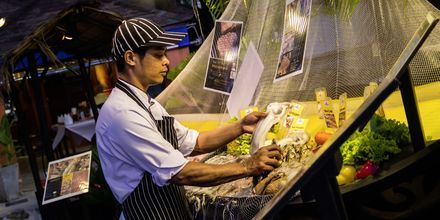 Besök nattmarknader och prova några thailändska specialiteter.