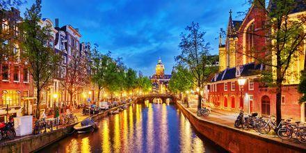 Kanal i Amsterdam på kvällen.