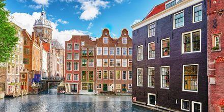 Bostadshus vid kanal i Amsterdam, Holland.