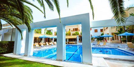 Poolområdet på hotell Anais Holiday i Agii Apostoli på Kreta, Grekland.