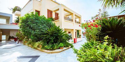 Byggnad med tvårumslägenheter i etage på hotell Anais Holiday i Agii Apostoli på Kreta, Grekland.