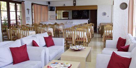 Frukostservering på hotell Andromeda i Samos stad, Grekland.