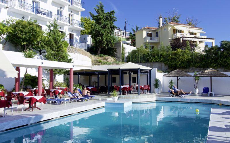 Poolområdet på hotell Andromeda i Samos stad, Grekland.