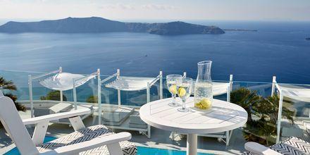 Utsikt från balkong från superiorrum på hotell Andromeda Villas i Caldera på Santorini, Grekland.