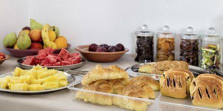 Frukostbuffé på Anemomylos Residence på Paros, Grekland.