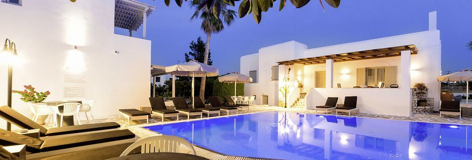 Poolområde på Anemomylos Residence på Paros, Grekland.