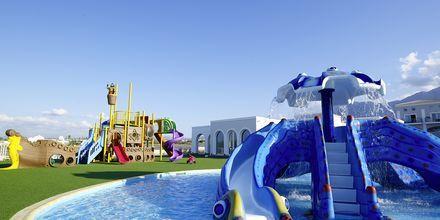 Barnpool och lekplats på Anemos Luxury Grand Resort i Georgiopolis.