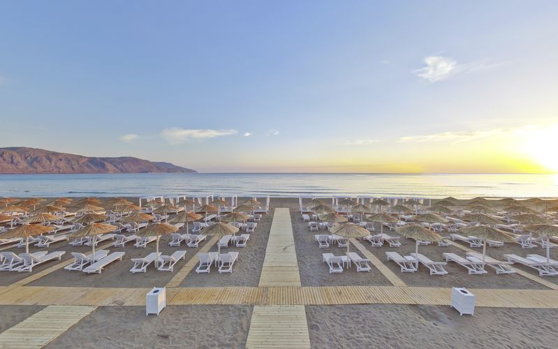 Stranden vid Anemos Luxury Grand Resort i Georgiopolis.