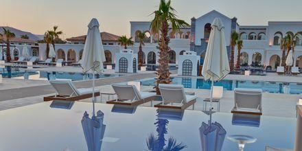 Pool och à la carte-restaurang på Anemos Luxury Grand Resort i Georgiopolis på Kreta.