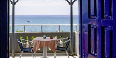 Terrass på hotell Angela Beach i Votsalakia på Samos, Grekland.