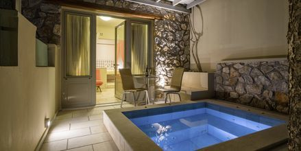 Superiorrum med jacuzzi på hotell Antinea i Kamari på Santorini.