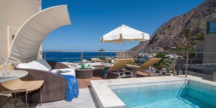 Juniorsvit med privat pool på hotell Antinea i Kamari på Santorini.