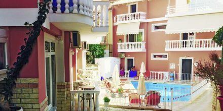 Poolområdet på hotell Antonis i Parga, Grekland.