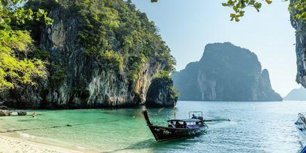 Koh Lao Lading ligger ca 5 kilometer väster om fastlandet.