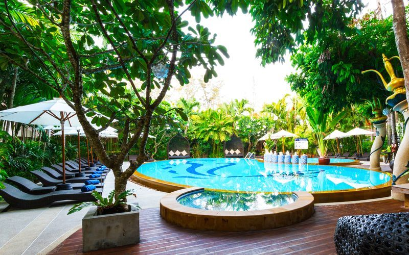 Poolområdet på hotell Aonang Princeville Villa Resort & Spa i Krabi, Thailand.