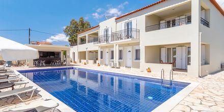 Pool och poolbar på hotell Aphrodite i Stoupa, Grekland.