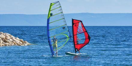 Windsurfing utanför hotell Apollo Mondo Family Romana i Makarska, Kroatien.