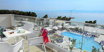 Utsikt från balkong på hotell Apollo Mondo Family Romana i Makarska, Kroatien.