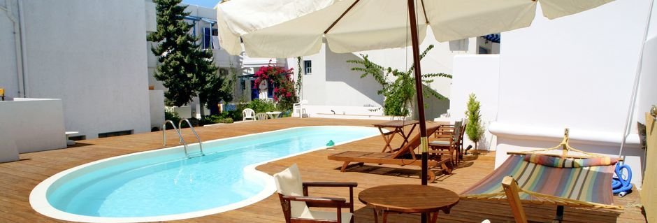 Poolområdet på hotell Apollon på Milos, Grekland.