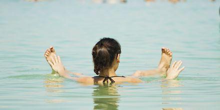 Salthalten i Döda havet gör att du flyter som en kork!