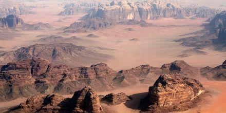 Det utomjordiska ökenlandskapet Wadi Rum i Jordanien.