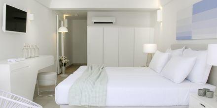 Dubbelrum på hotell Aqua Blue i Perissa på Santorini, Grekland.