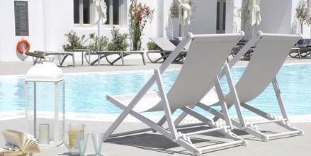 Poolen på hotell Aqua Blue i Perissa på Santorini, Grekland.
