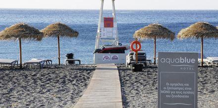 Stranden vid hotell Aqua Blue i Perissa på Santorini, Grekland.