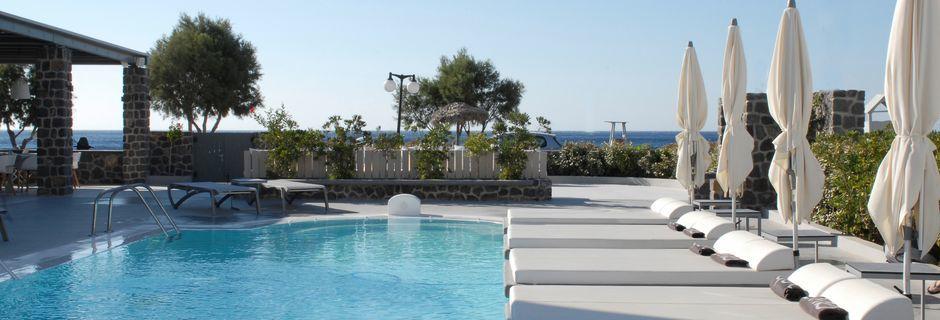 Poolområdet på hotell Aqua Blue i Perissa på Santorini, Grekland.