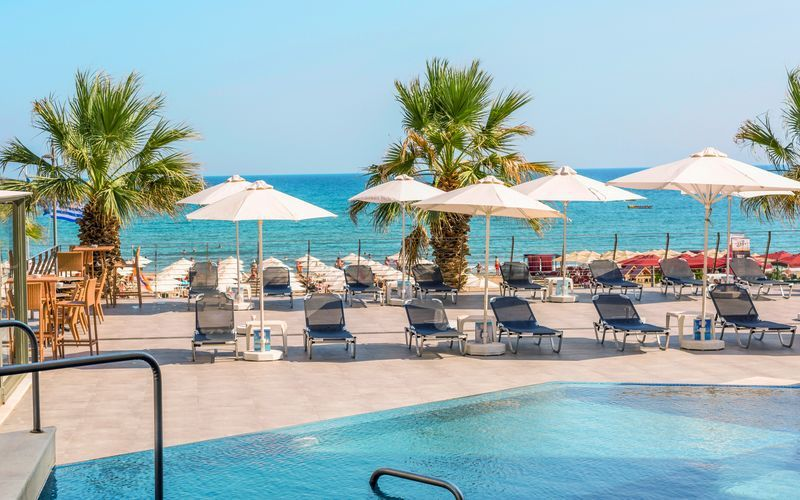 Poolområdet på hotell Aquila Porto Rethymno på Kreta, Grekland.