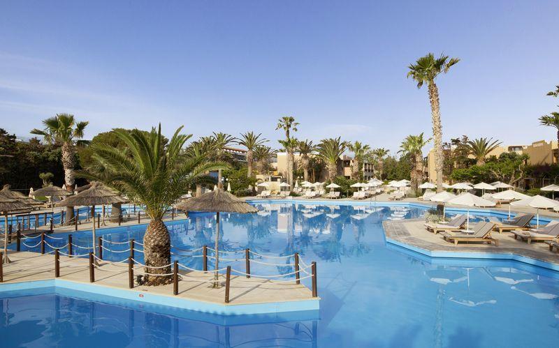 Poolområde på hotell Aquila Rithymna Beach på Kreta, Grekland.