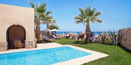 Dubbelrum i bungalow med privat pool på hotell Aquila Rithymna Beach på Kreta, Grekland.