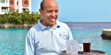 Njut av svalkande drycker på hotell Arabella Azur Resort i Hurghada, Egypten.