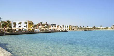 Kristallklart vatten på Arabia Azur Resort i Hurghada, Egypten.