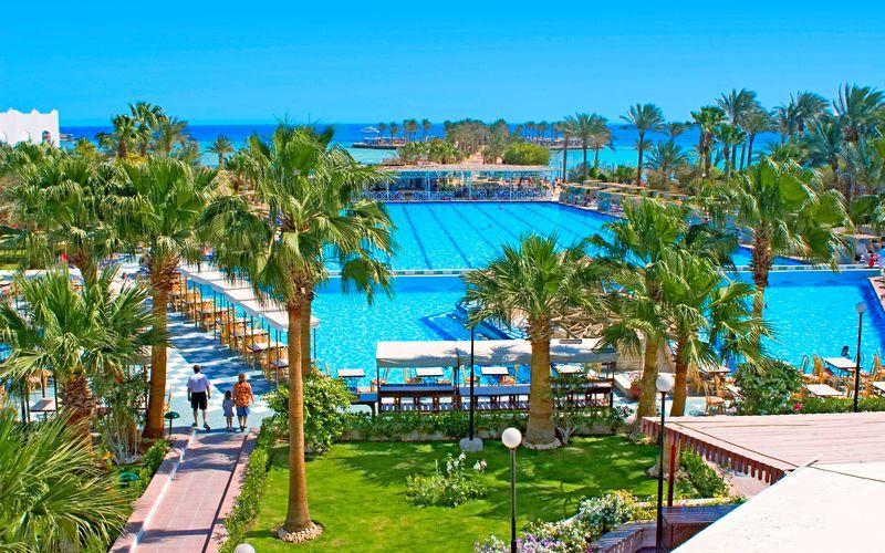 Poolområde på Arabia Azur Resort i Hurghada, Egypten.