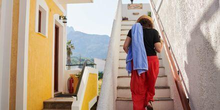 Trappa upp till takterrassen på hotell Archangelos Village i Kokkari, Samos.