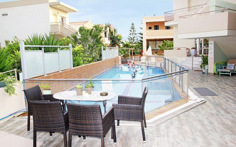 Poolområdet på hotell Archipelagos i Platanias på Kreta, Grekland.