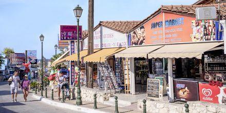 Huvudgatan i Argassi på Zakynthos.
