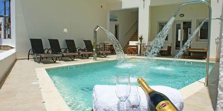 Poolområdet på hotell Argo i Naxos stad, Grekland.