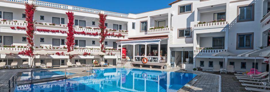 Poolområdet på hotell Ariadne på Rethymnon kust på Kreta, Grekland.