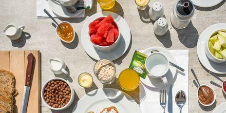 Frukostbuffé på hotell Ariadne på Rethymnon kust på Kreta, Grekland.